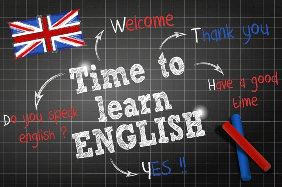 Tableau noir d'école sur lequel est écrit Time to learn English
